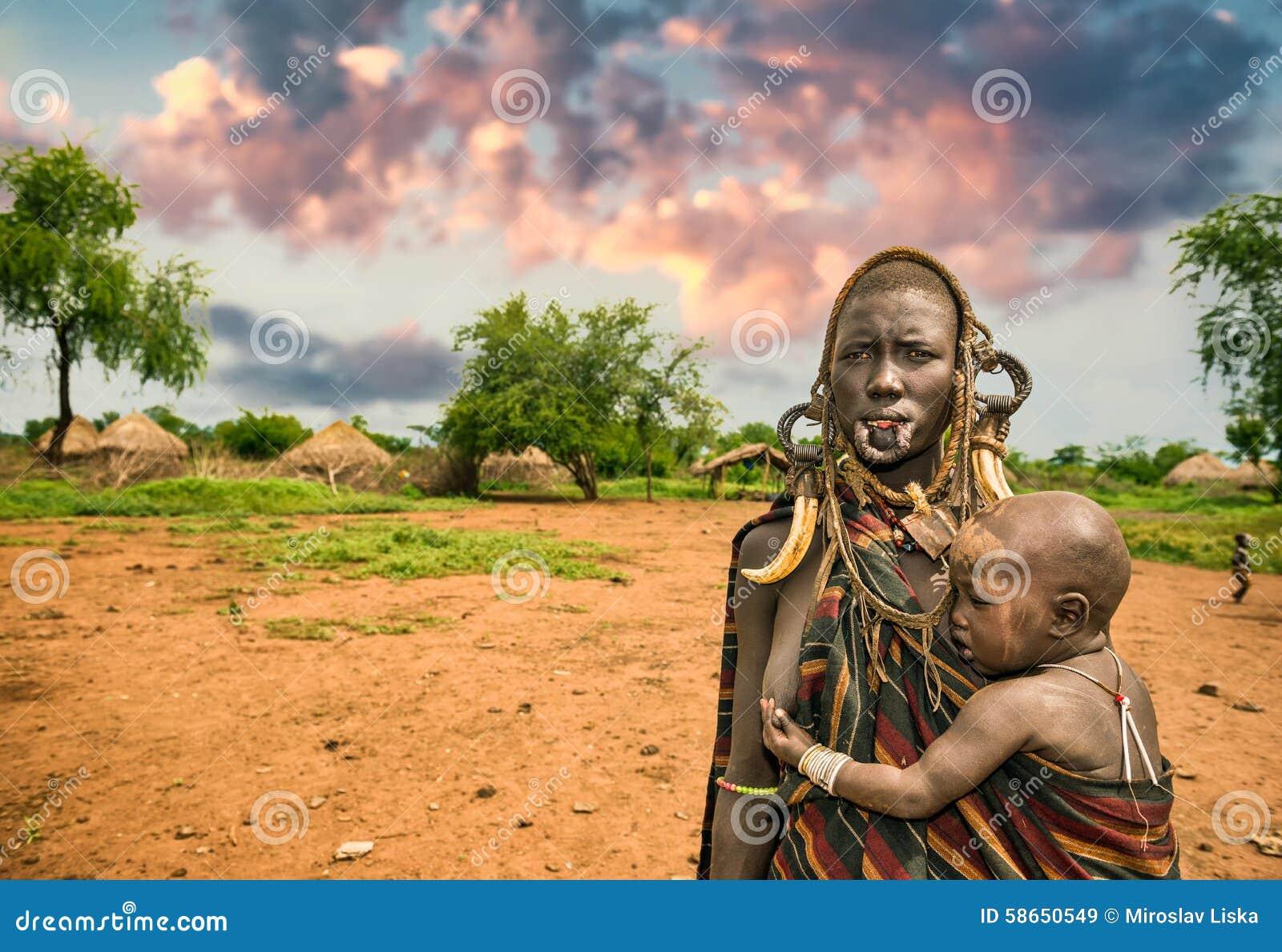 Женщина от африканского племени Mursi с ее младенцем, Эфиопии