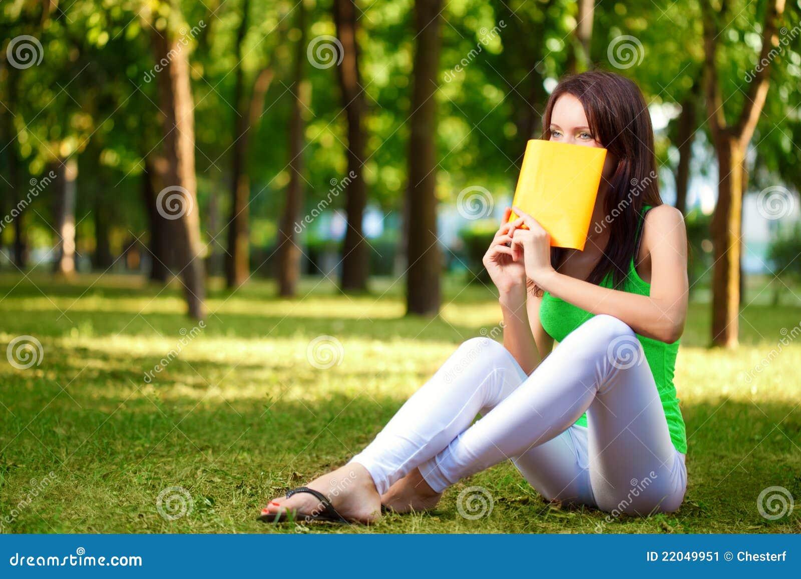 Студентка в парке 8 фотография