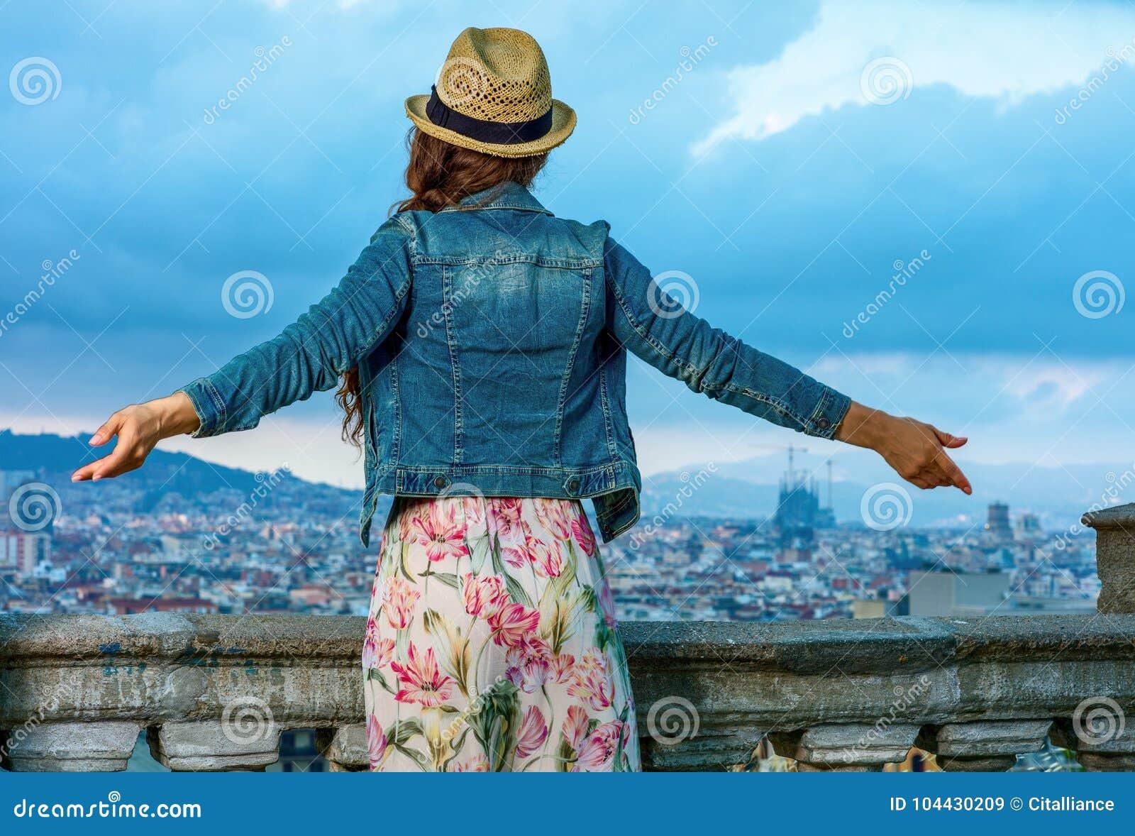 Женщина перед городским пейзажем ликование Барселоны, Испании