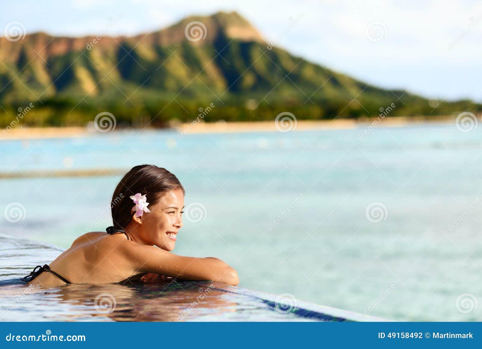 Женщина перемещения пляжа Гаваи ослабляя на курорте бассейна