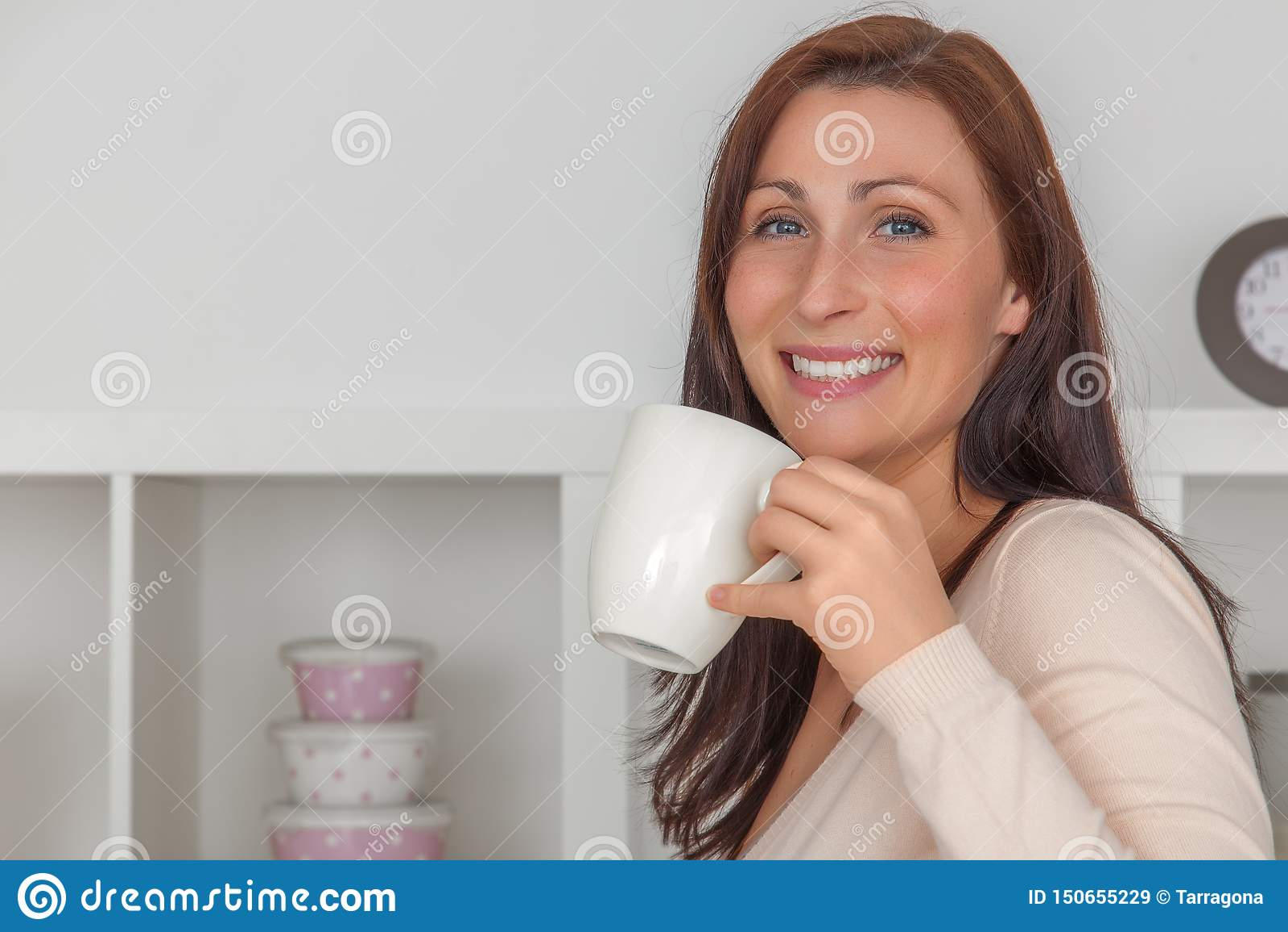 Женщина перерыва на чашку кофе