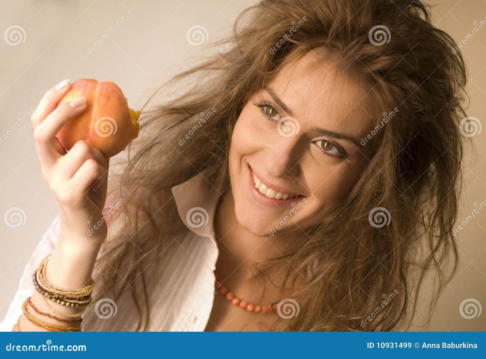 женщина персика