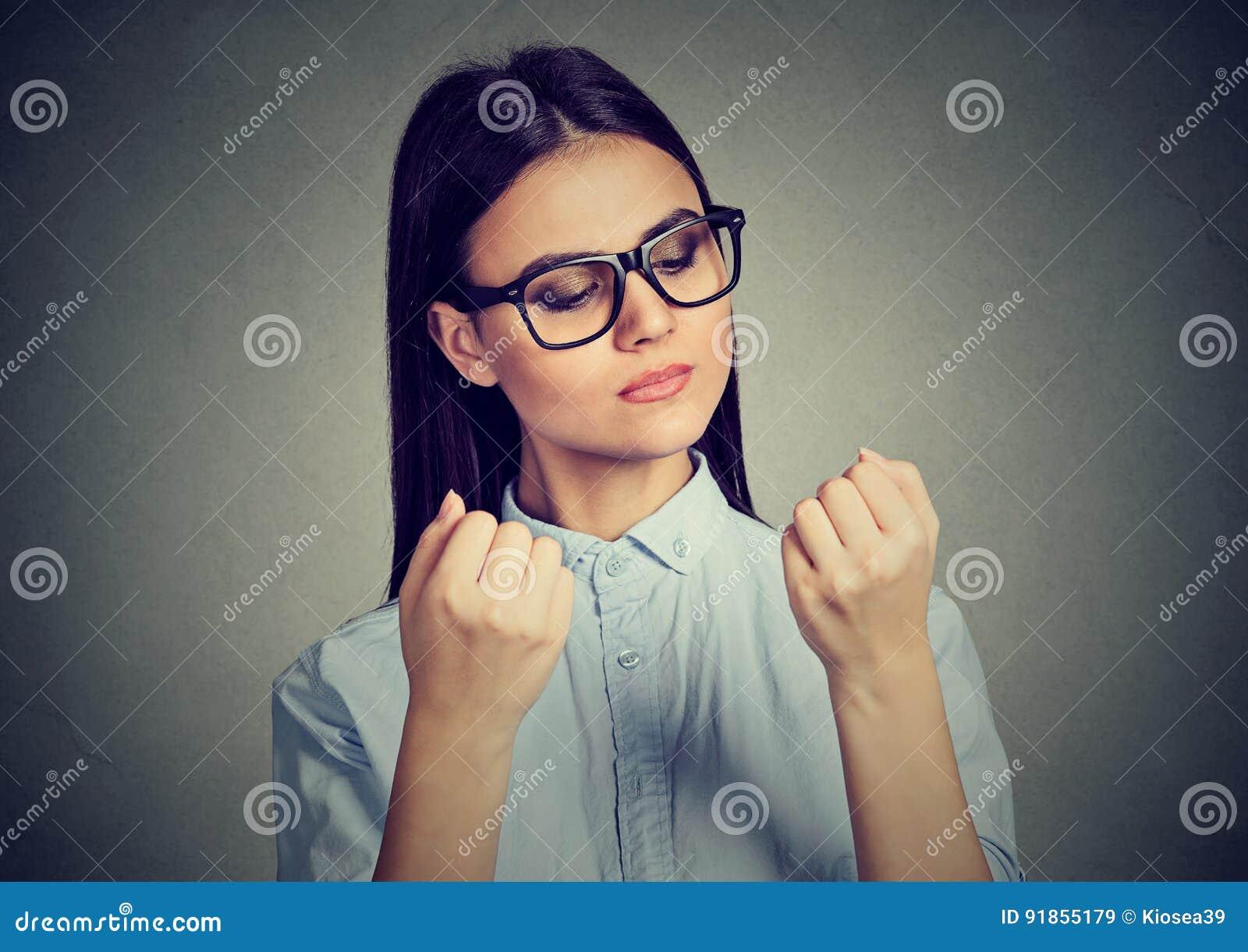 Женщина перфекциониста смотря ногти преследуя о чистоте