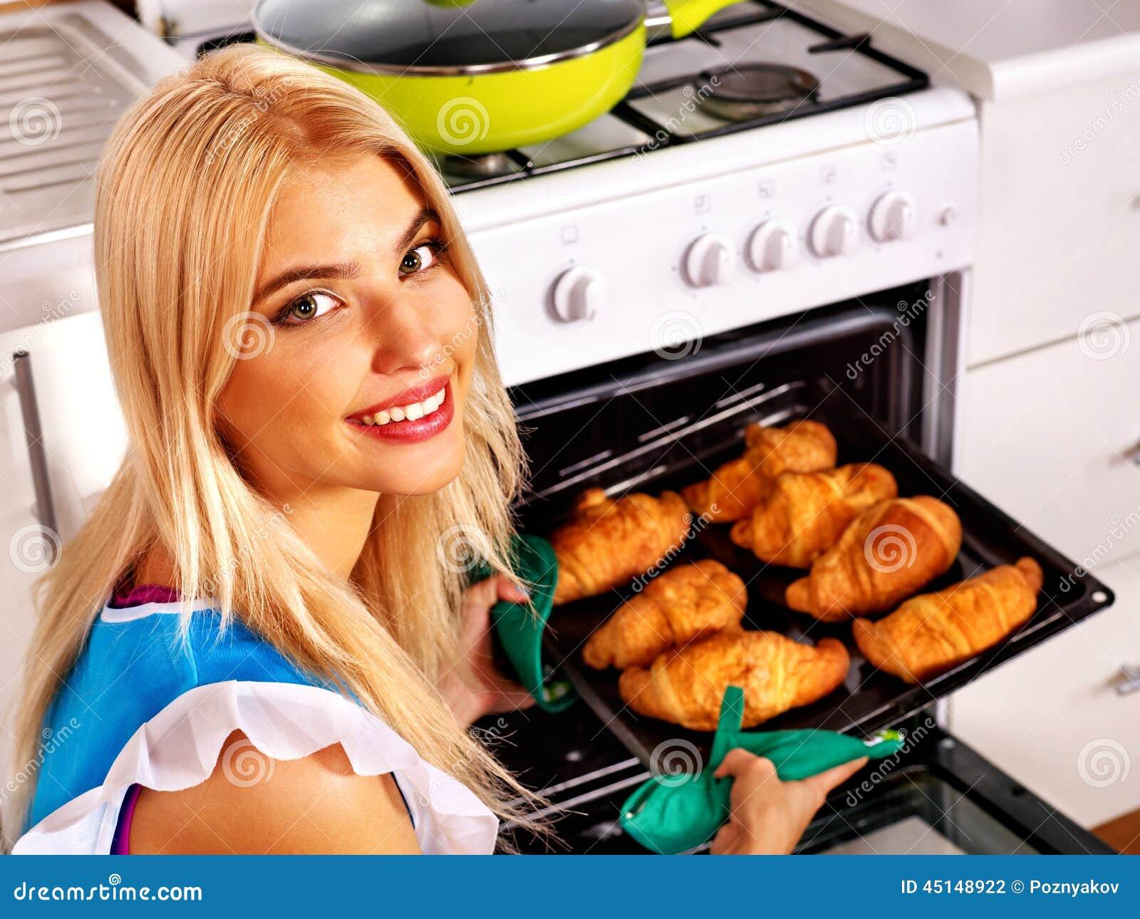 Фото девушка печет пироги