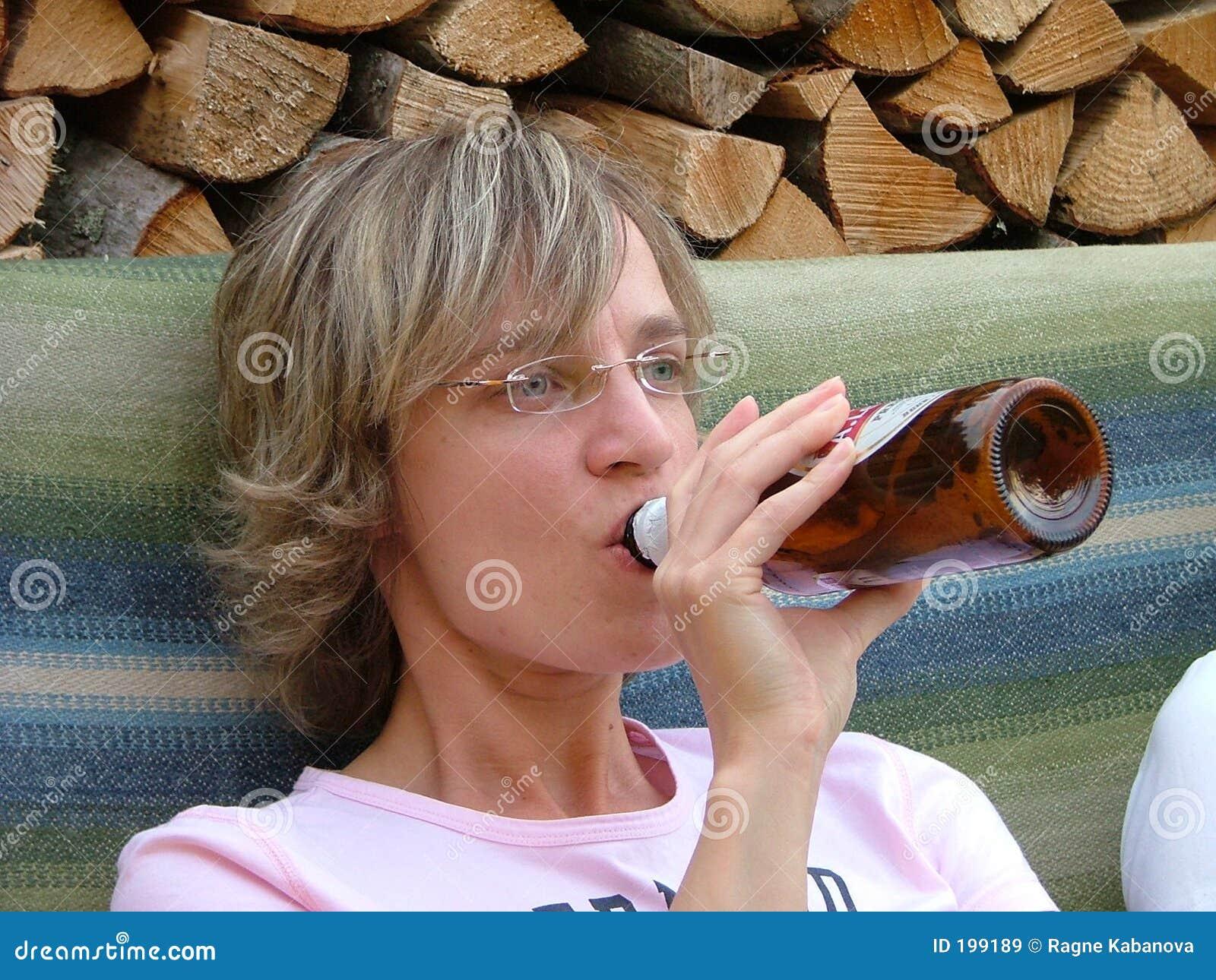 женщина пива выпивая