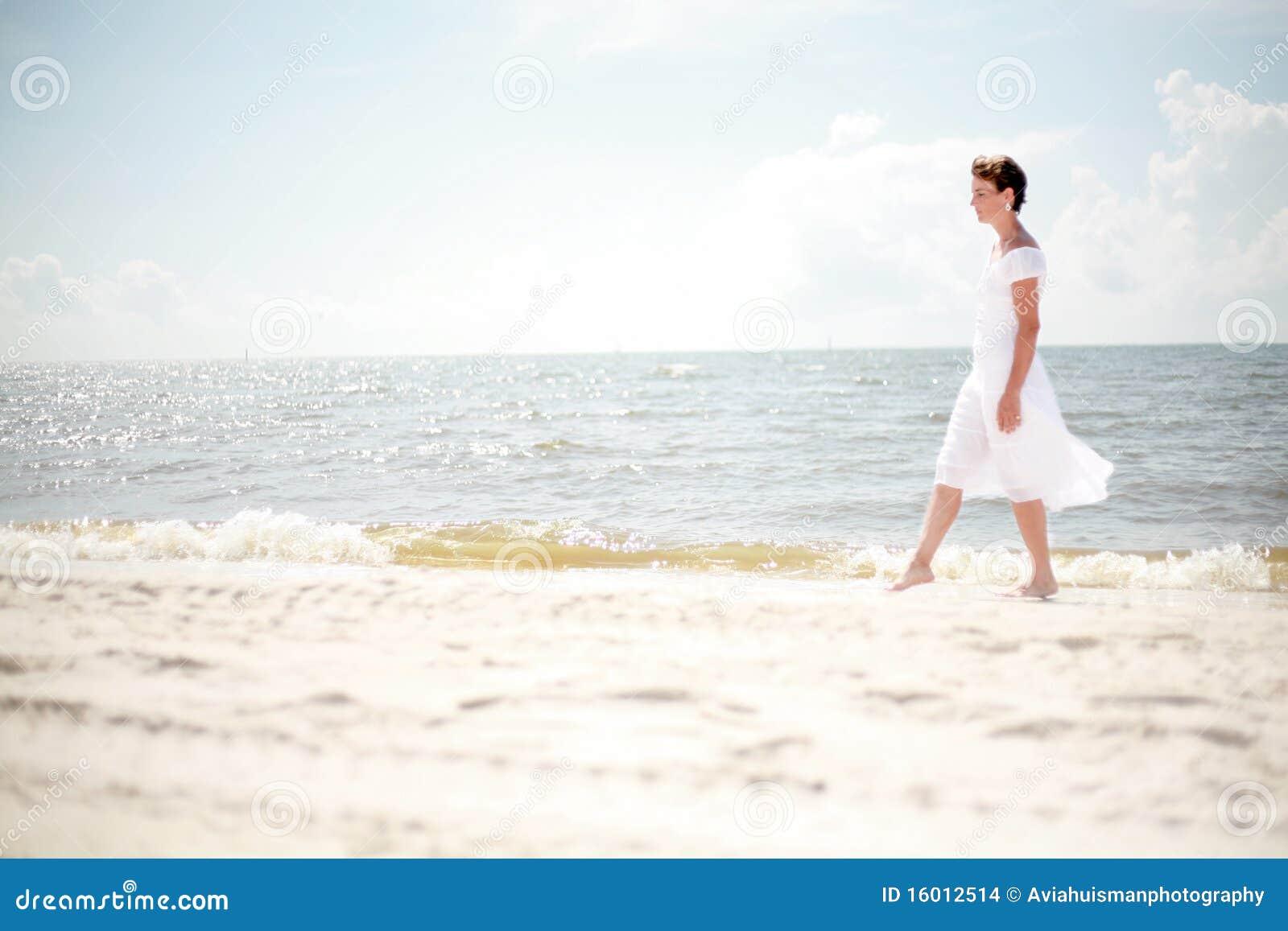 женщина пляжа милая гуляя