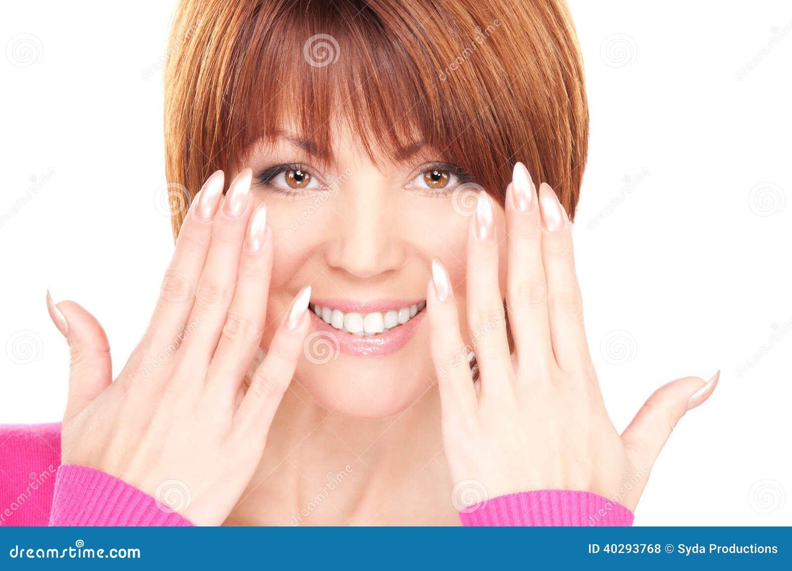 Женщина показывая руки с отполированными ногтями