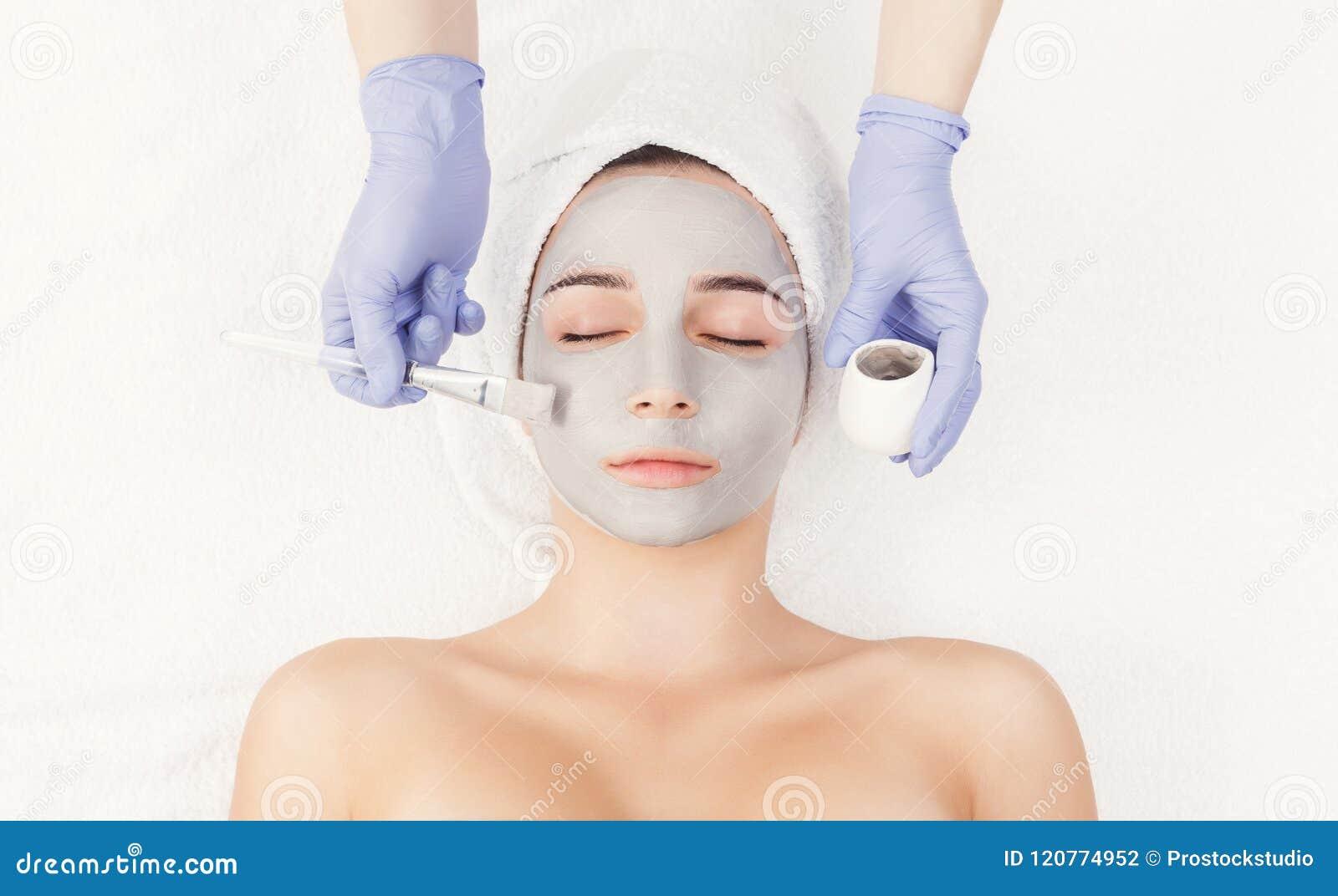 Женщина получает лицевой щиток гермошлема beautician на курорте