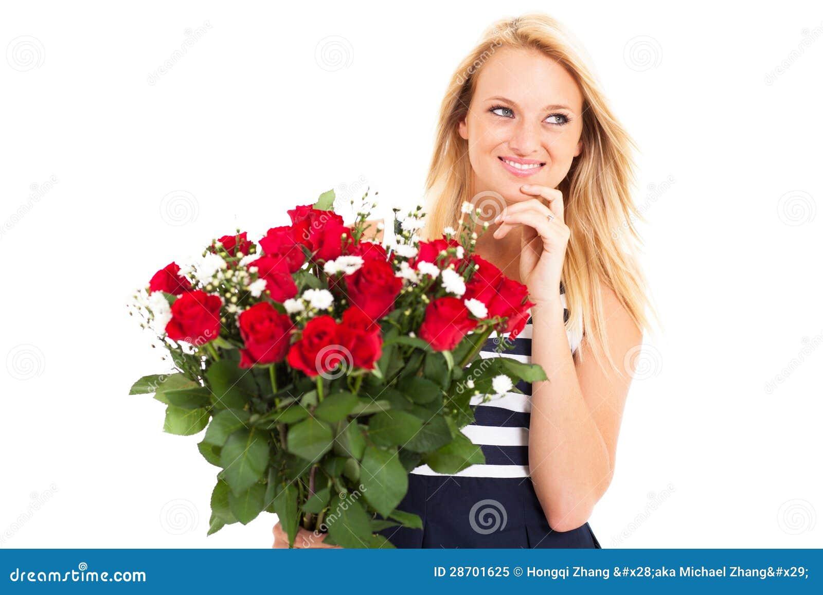 Девушка получает цветы фото
