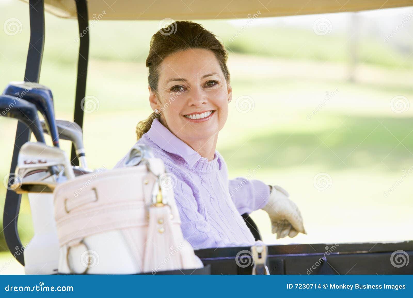 женщина портрета гольфа тележки сидя
