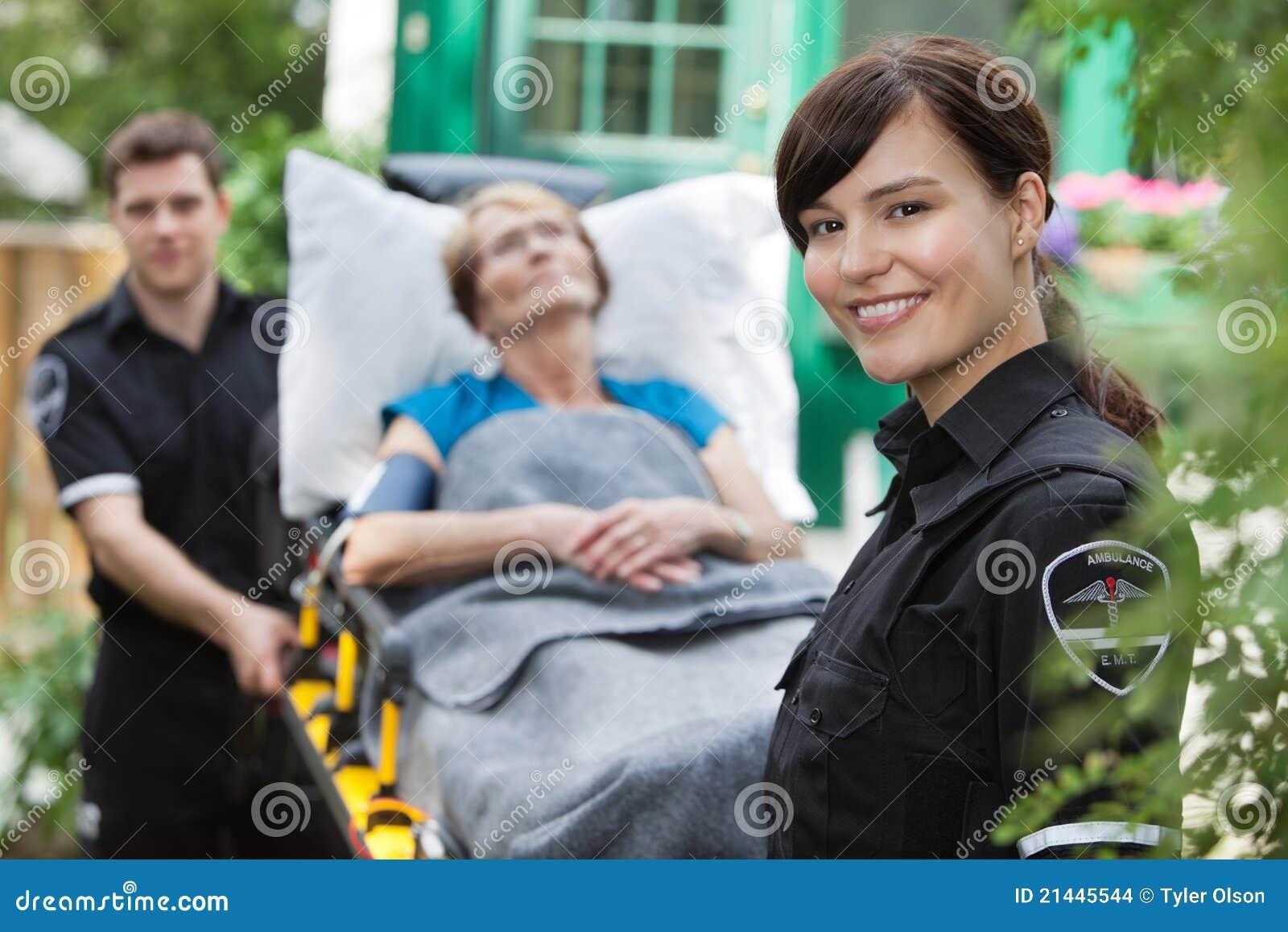женщина портрета машины скорой помощи