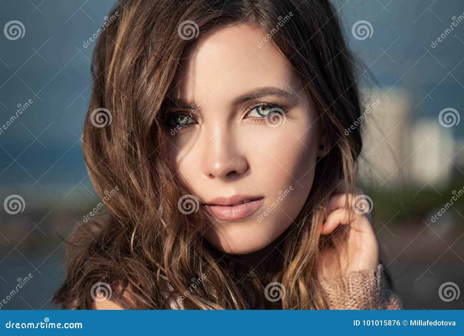 женщина портрета милая близкая женщина стороны вверх