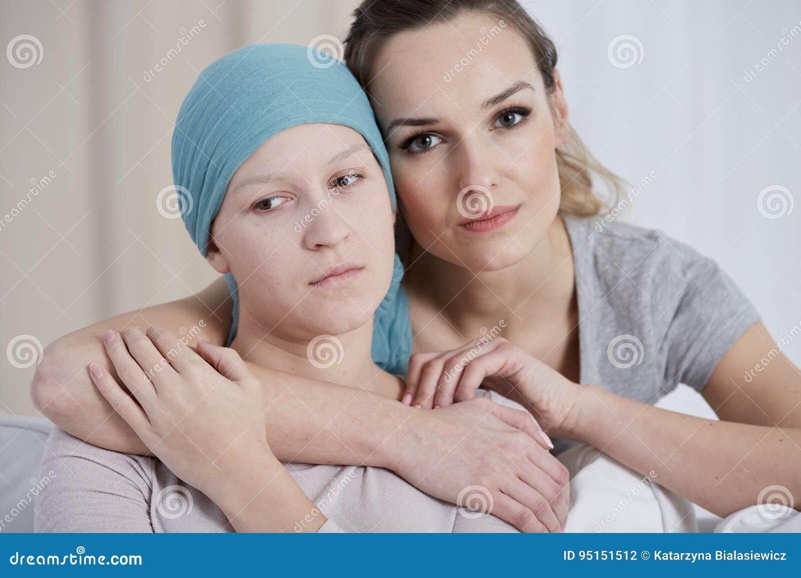 Женщина поддерживая ее друга