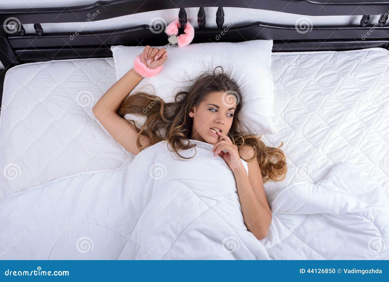 Фото мужчины в наручниках на кровати
