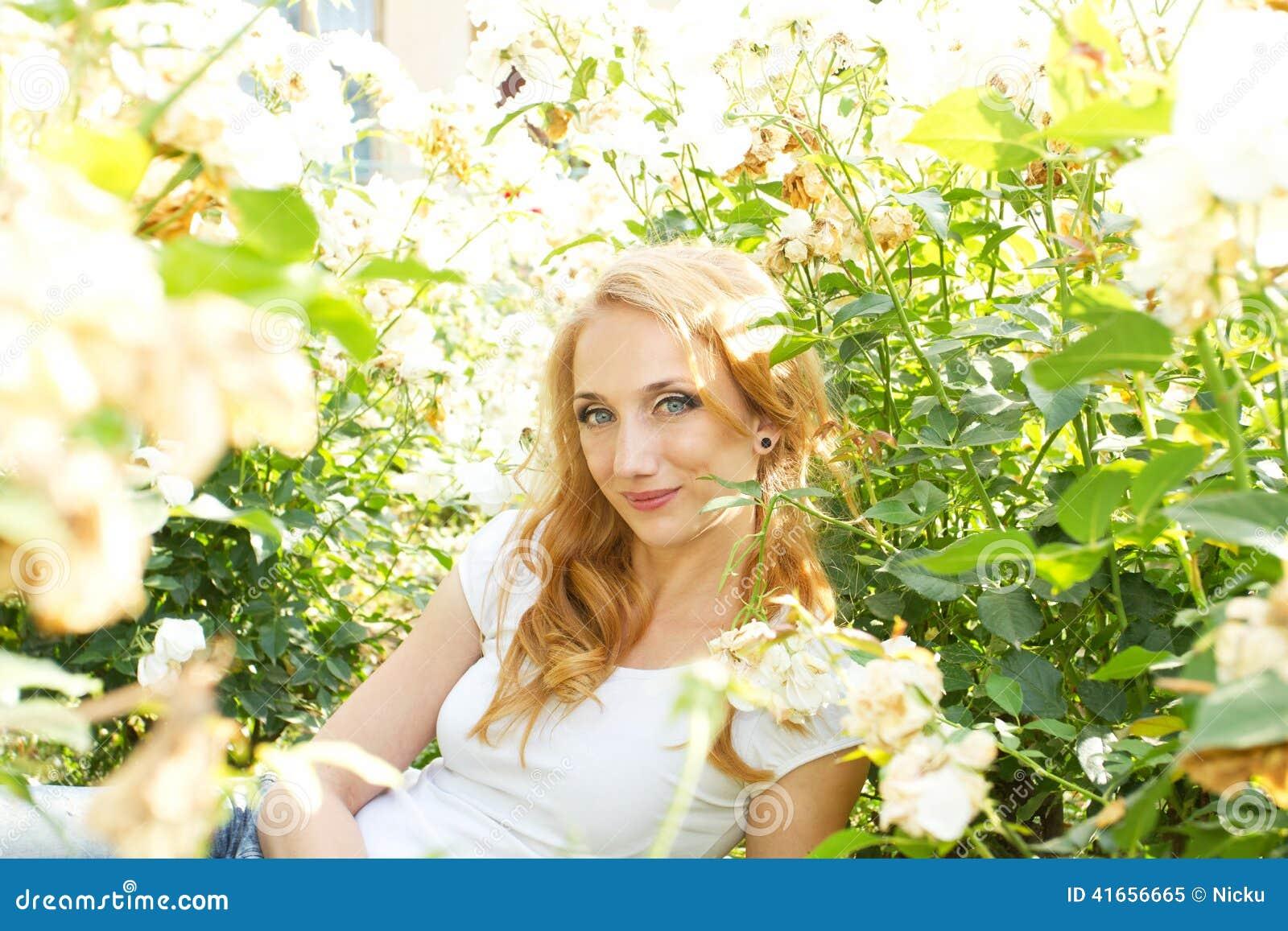 Женщина поля цветка милая
