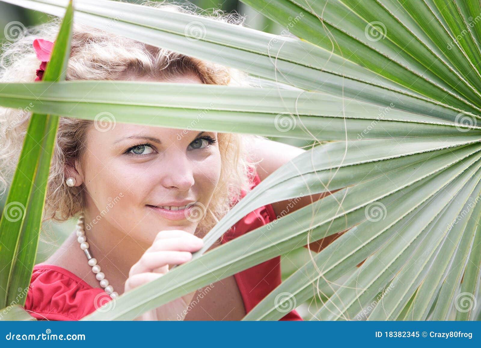 женщина предпосылки красивейшая естественная отдыхая
