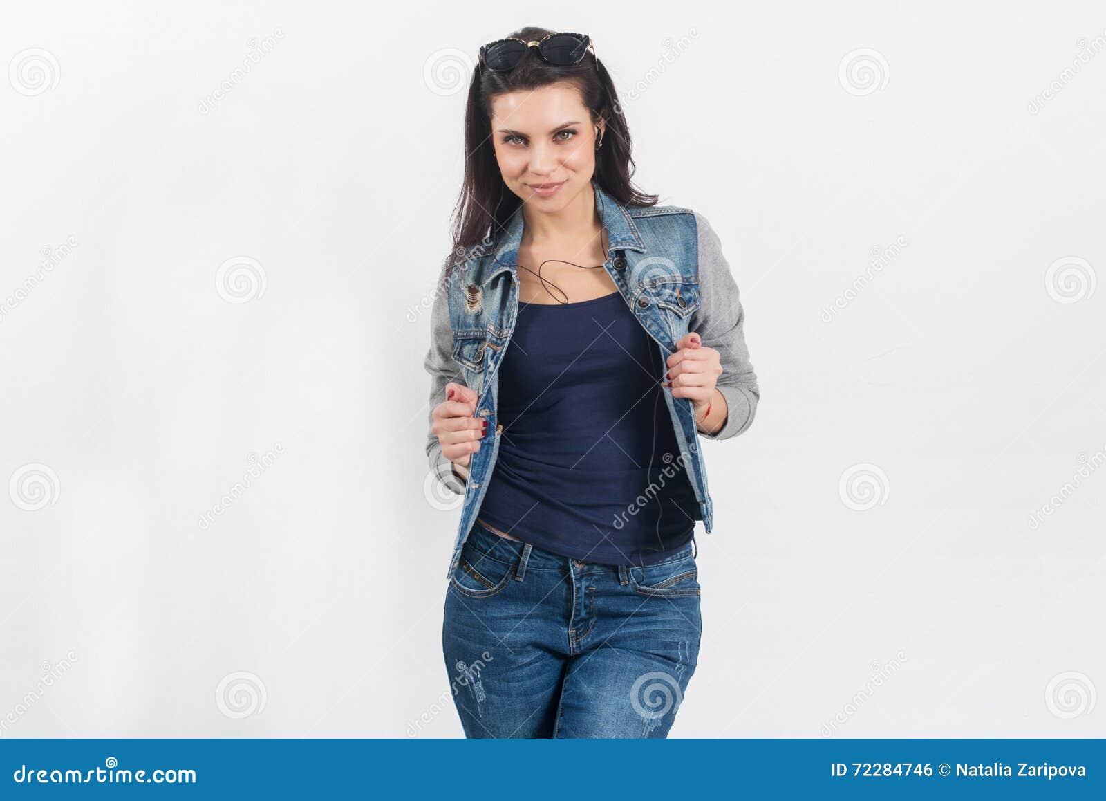 Download Женщина представляя в джинсах на белой стене Стоковое Фото - изображение насчитывающей backhoe, lifestyle: 72284746