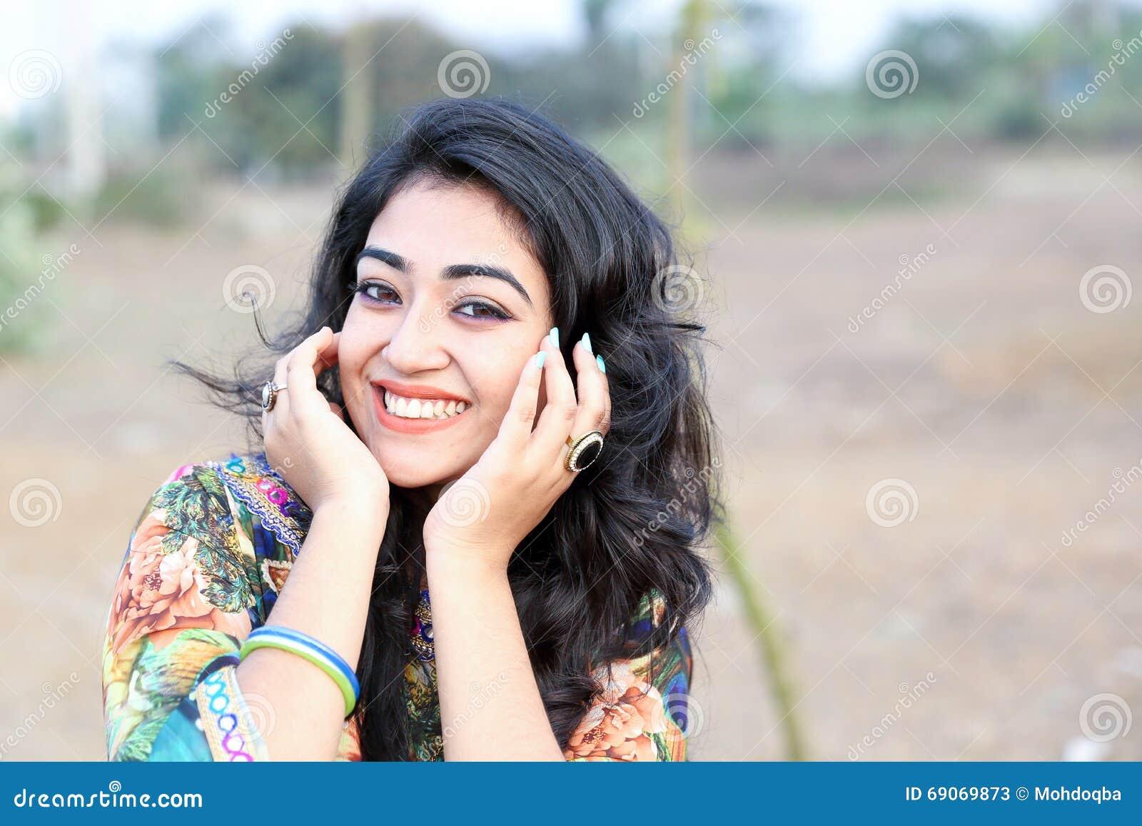 Женщина представляя счастливые руки улыбки на стороне