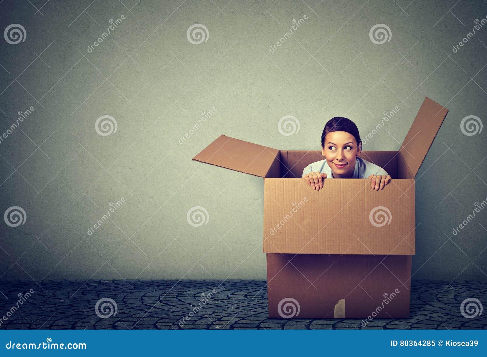 Женщина приходя вне от коробки