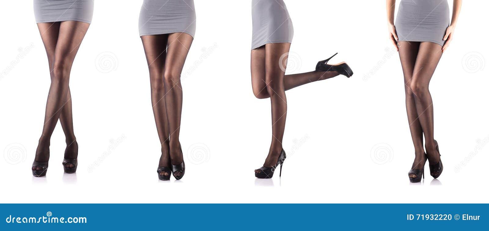 Женщина при высокорослые ноги изолированные на белизне
