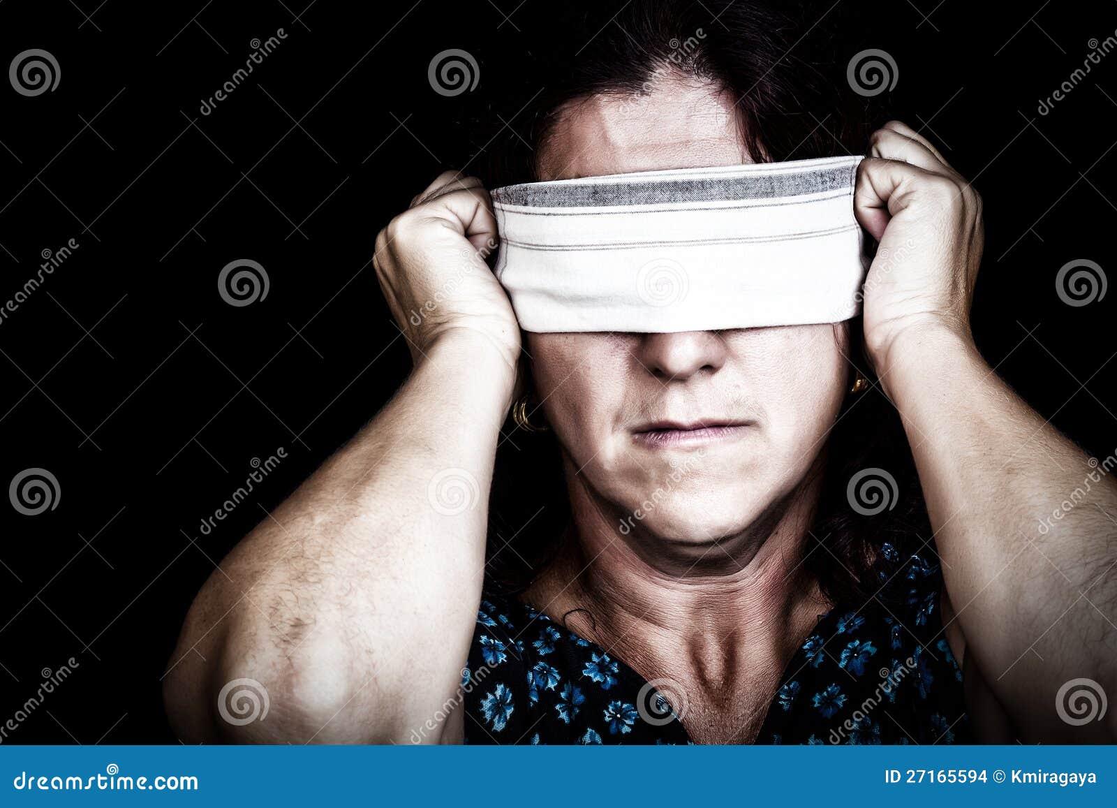 Женщина при носовой платок покрывая ее глаза