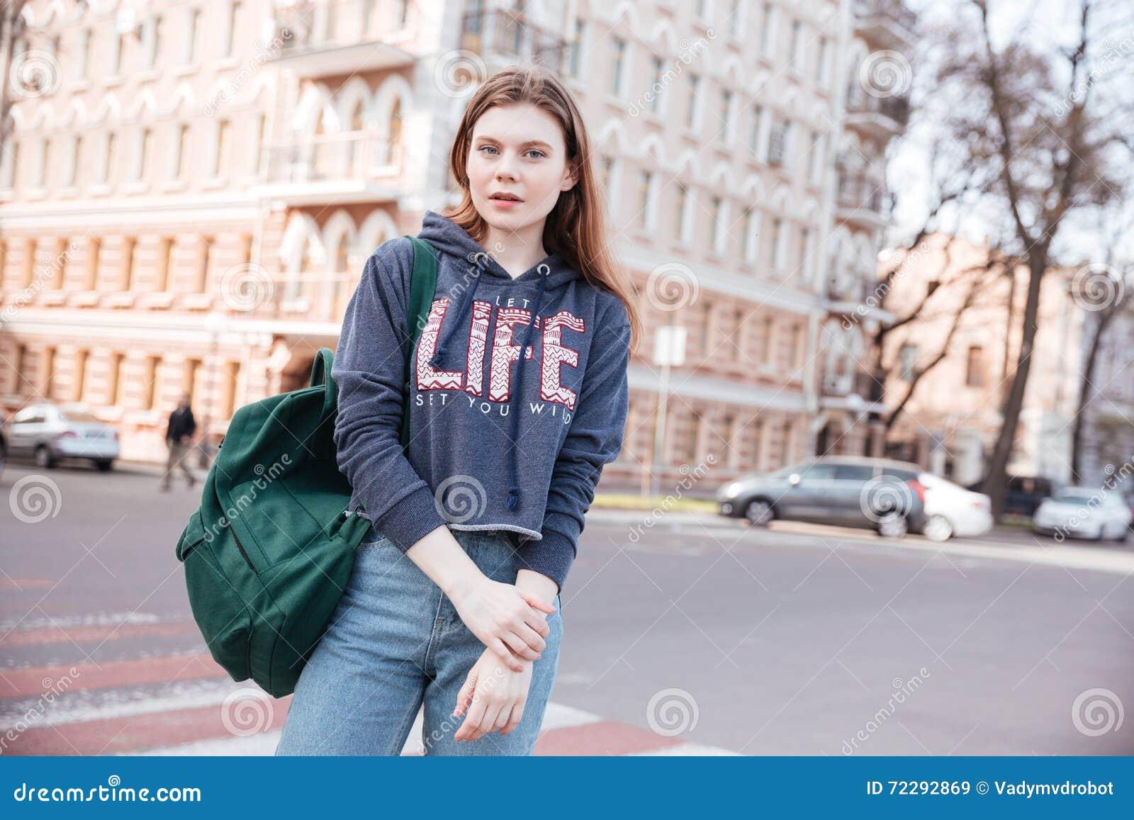 Download Женщина при рюкзак стоя около дороги в городе Стоковое Изображение - изображение насчитывающей покупка, подлинный: 72292869