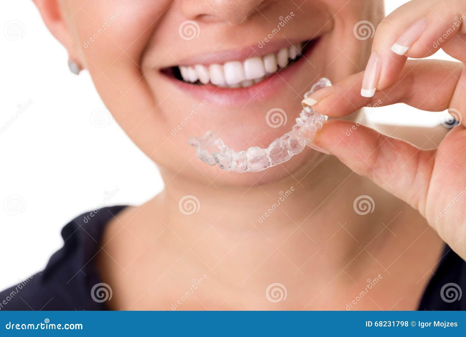 Женщина при совершенные зубы держа незримые расчалки
