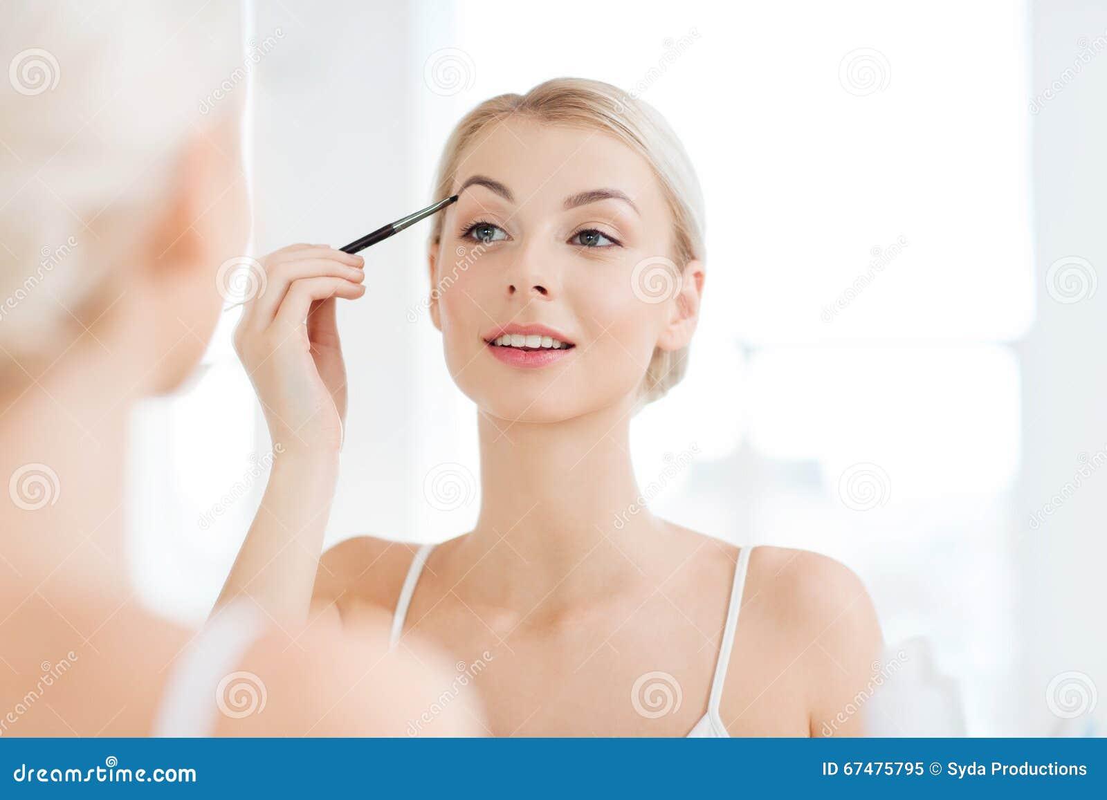 Девушка дома утром в ванной комнате