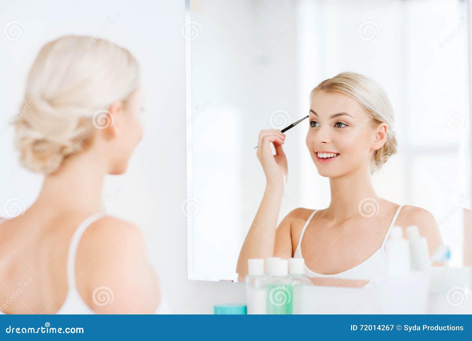 Девушка дома утром в ванной комнате, толкай пизде русское