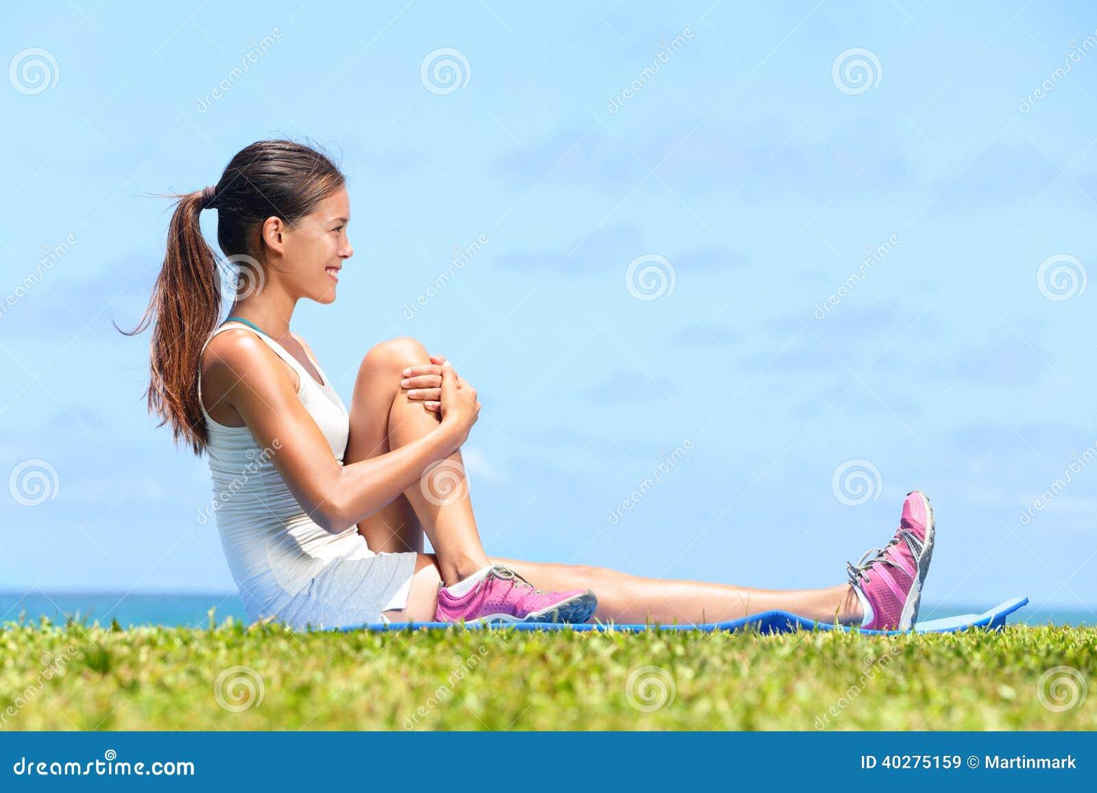Женщина протягивая тренировку фитнеса glute батокс