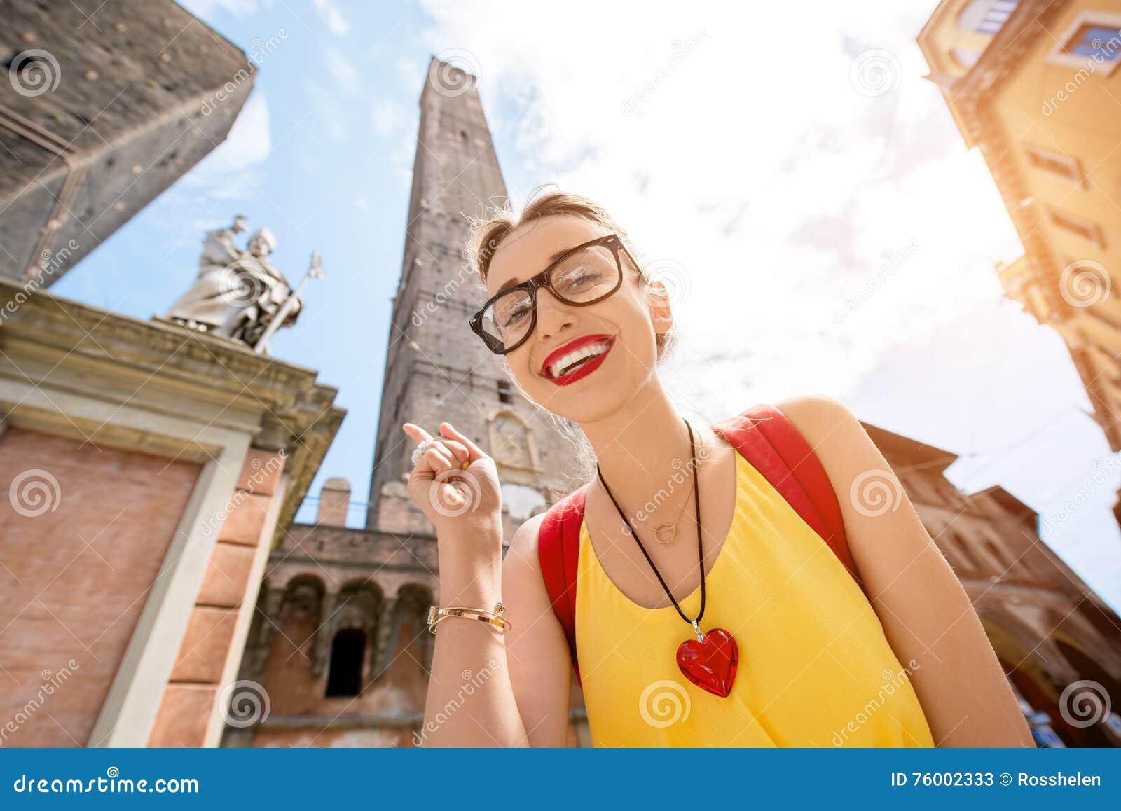 Женщина путешествуя в городе болонья