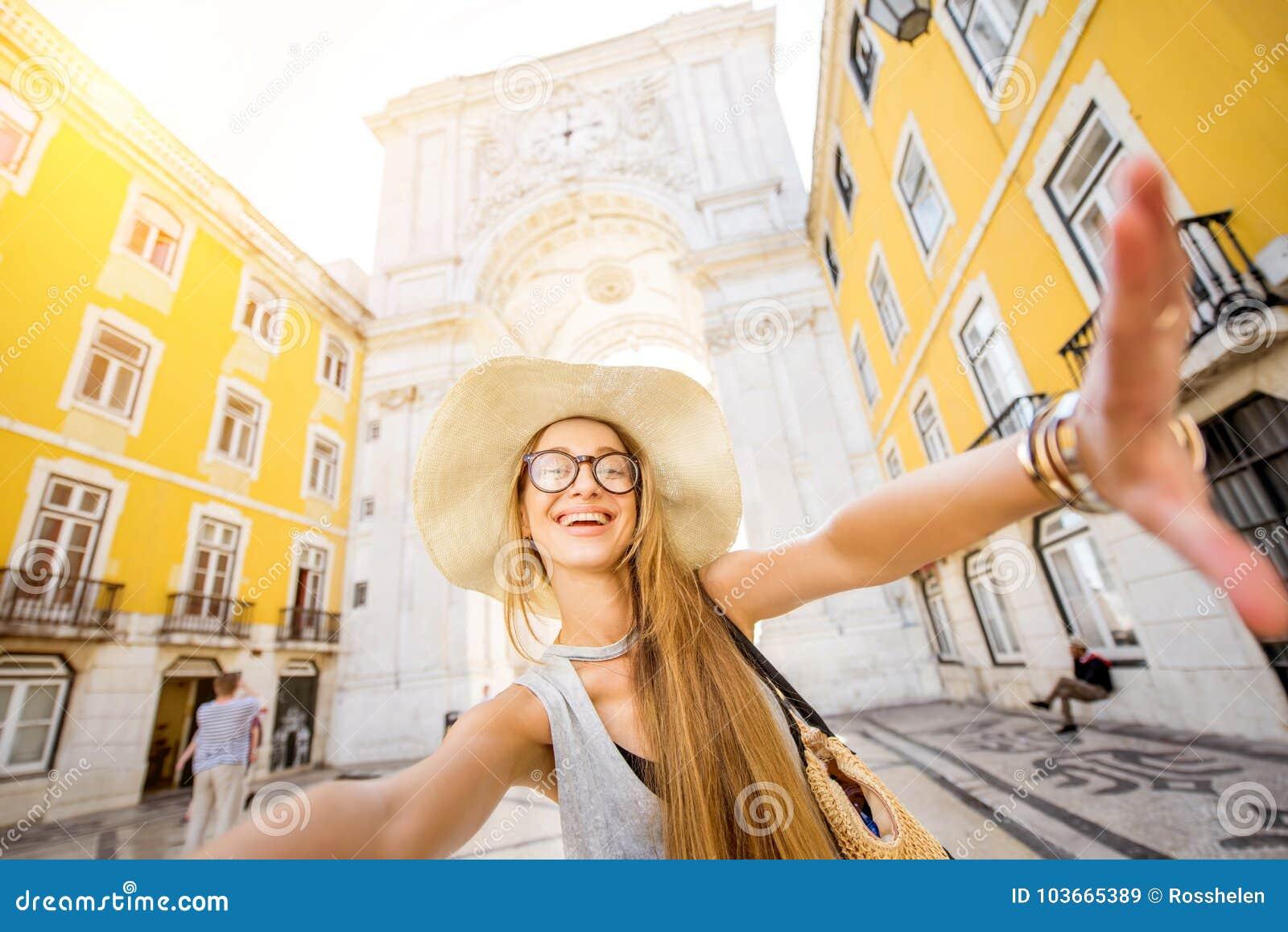 Женщина путешествуя в Лиссабоне, Португалии