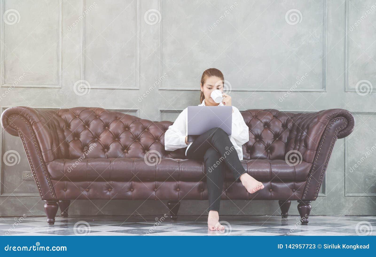 Женщина работая в ее комнате