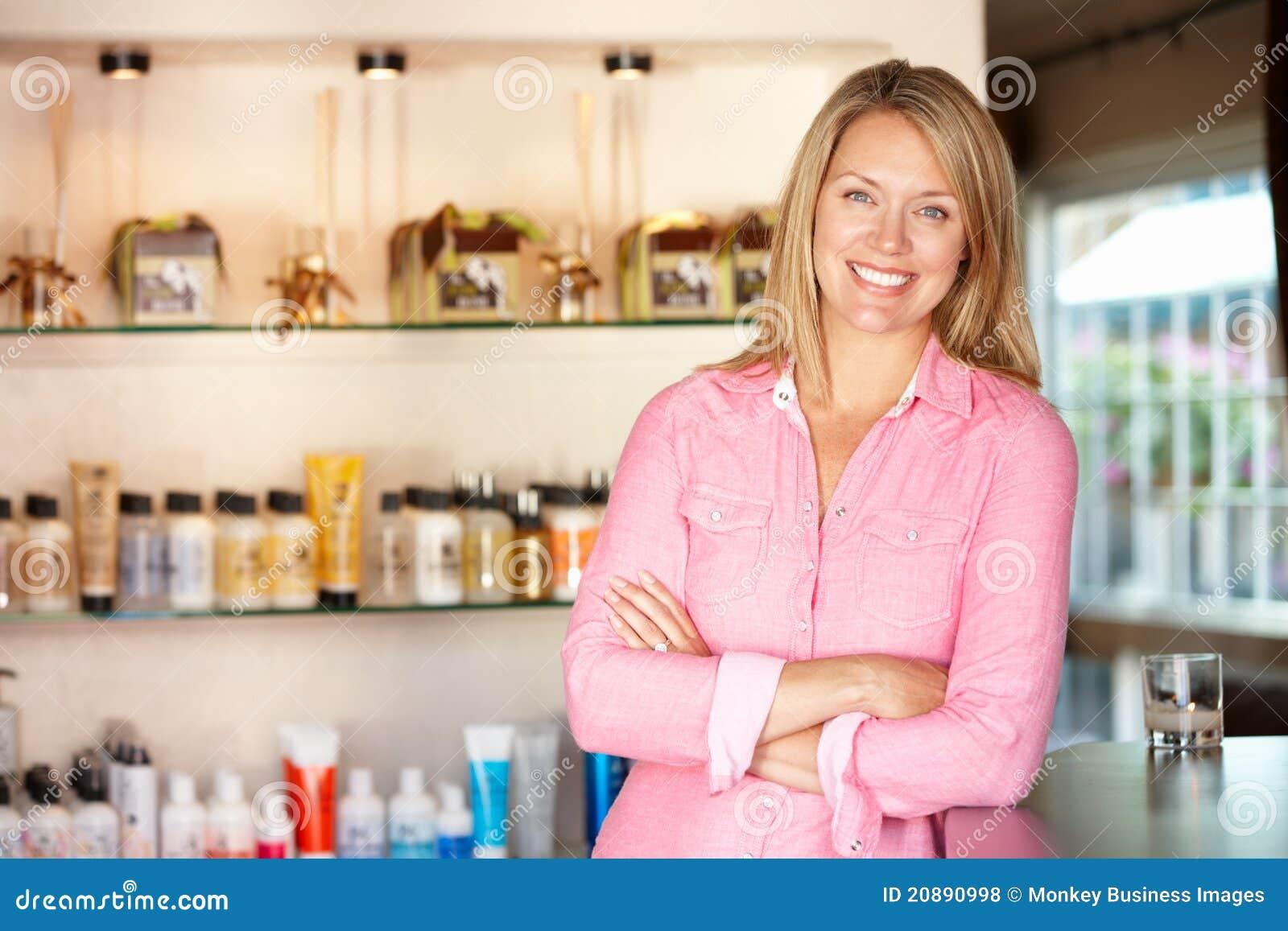 Женщина работая в салоне hairdressing