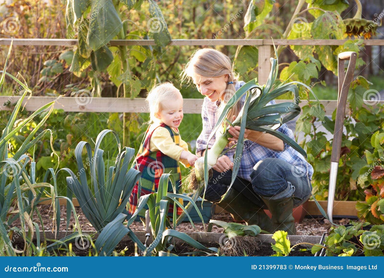 Женщина работая на уделении с ребенком
