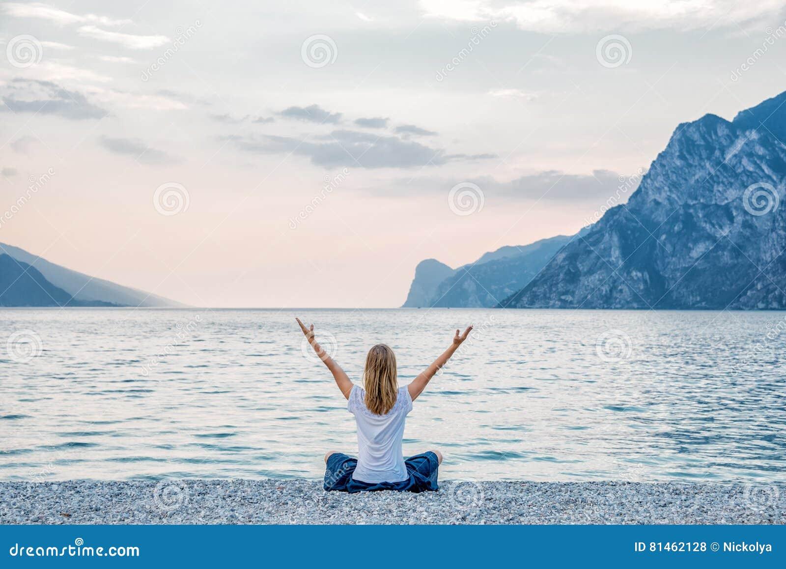 Женщина размышляя на озере