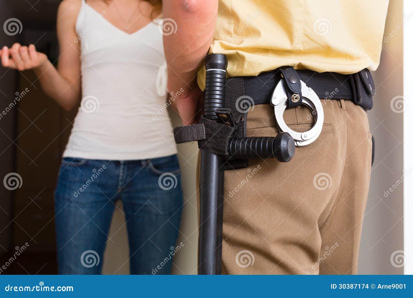 Женщина расспрашивания полицейского на парадном входе
