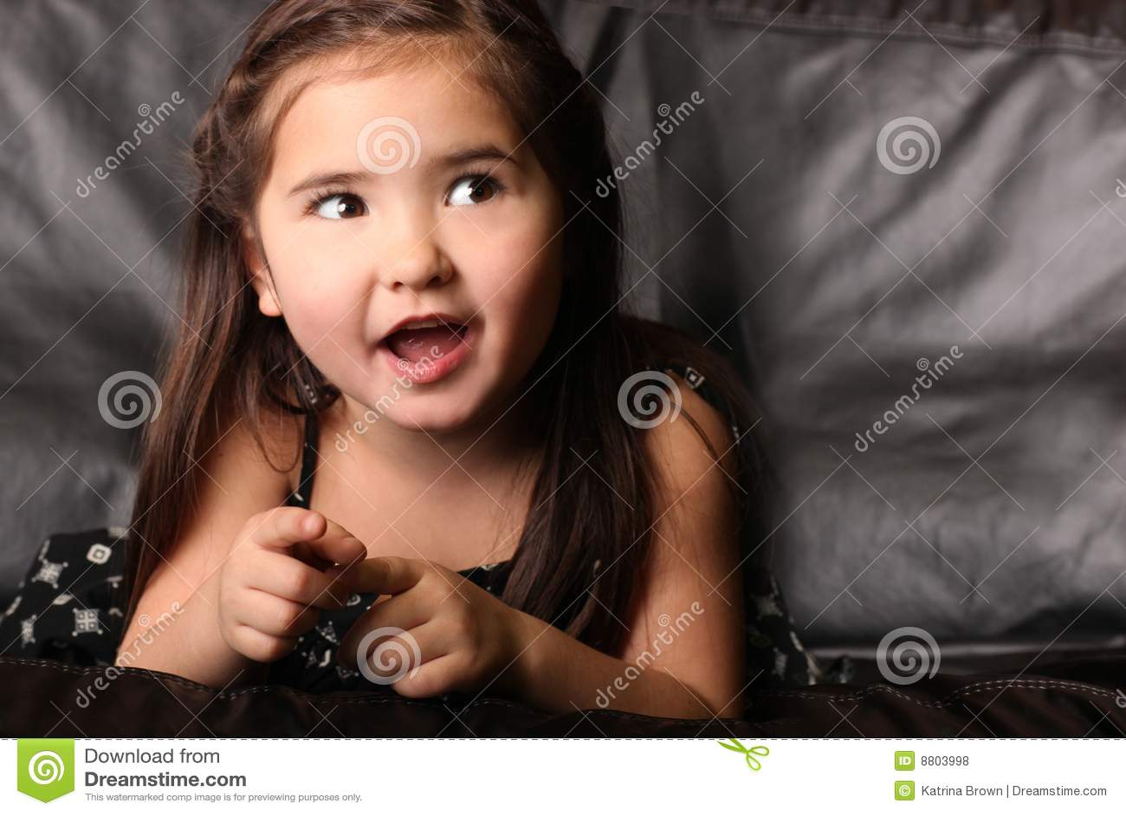 женщина ребенка смотря говорящ вверх по детенышам