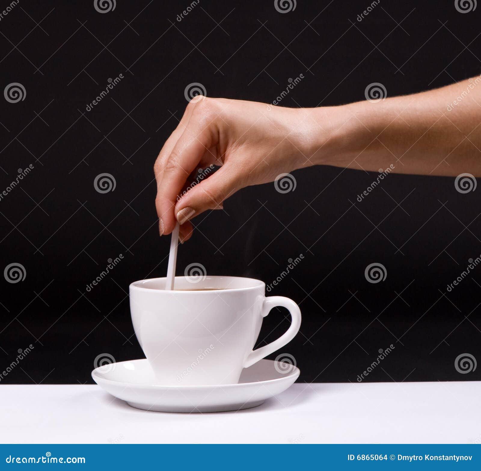 женщина сахара stir кофейной чашки
