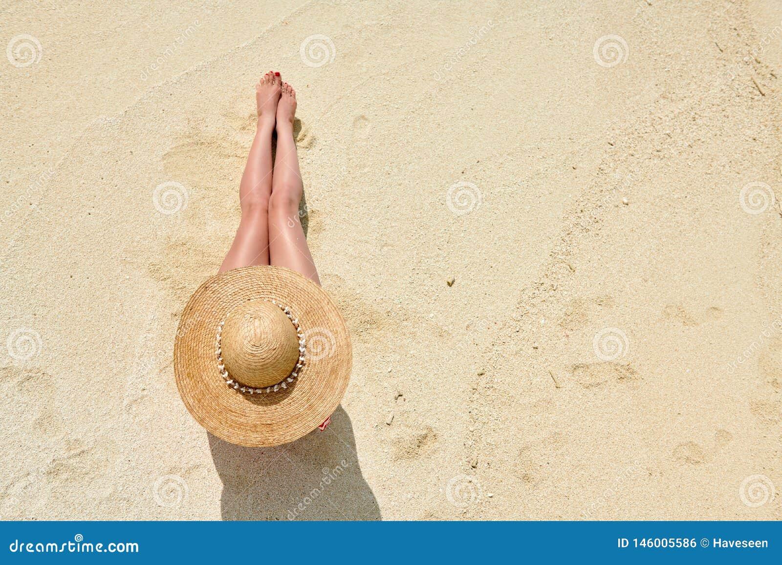 Женщина сидя на взгляде пляжа сверху
