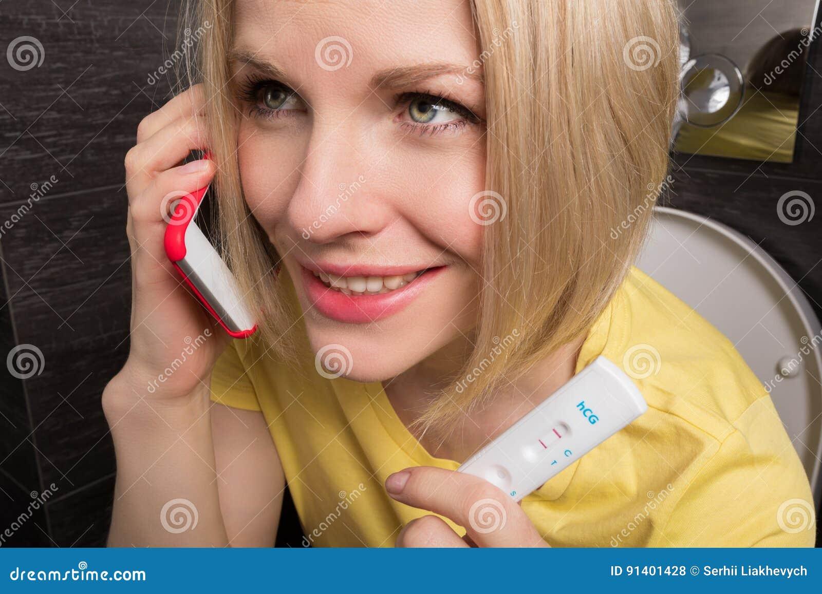 Беременная женщина в туалете