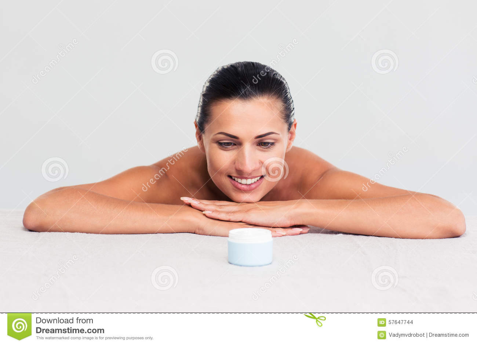 Женщина сидя на таблице и смотря на cream опарнике