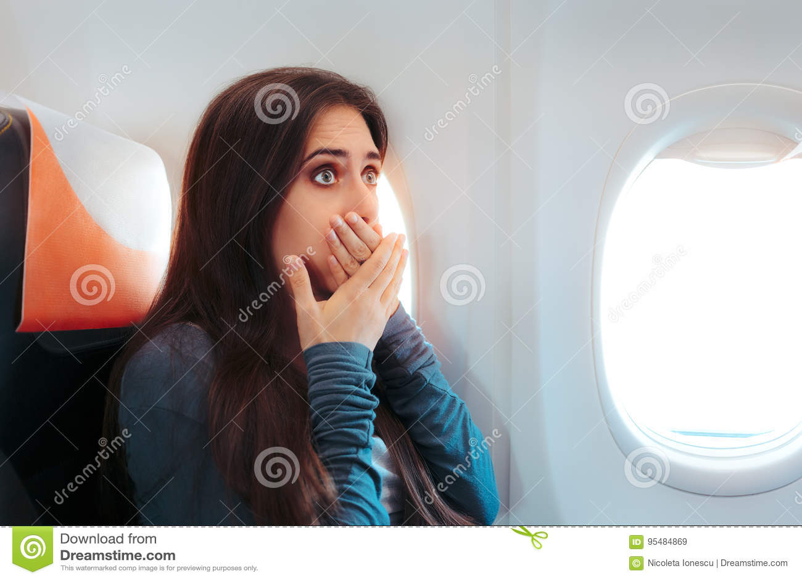 Женщина сидя окном на самолете чувствуя больной