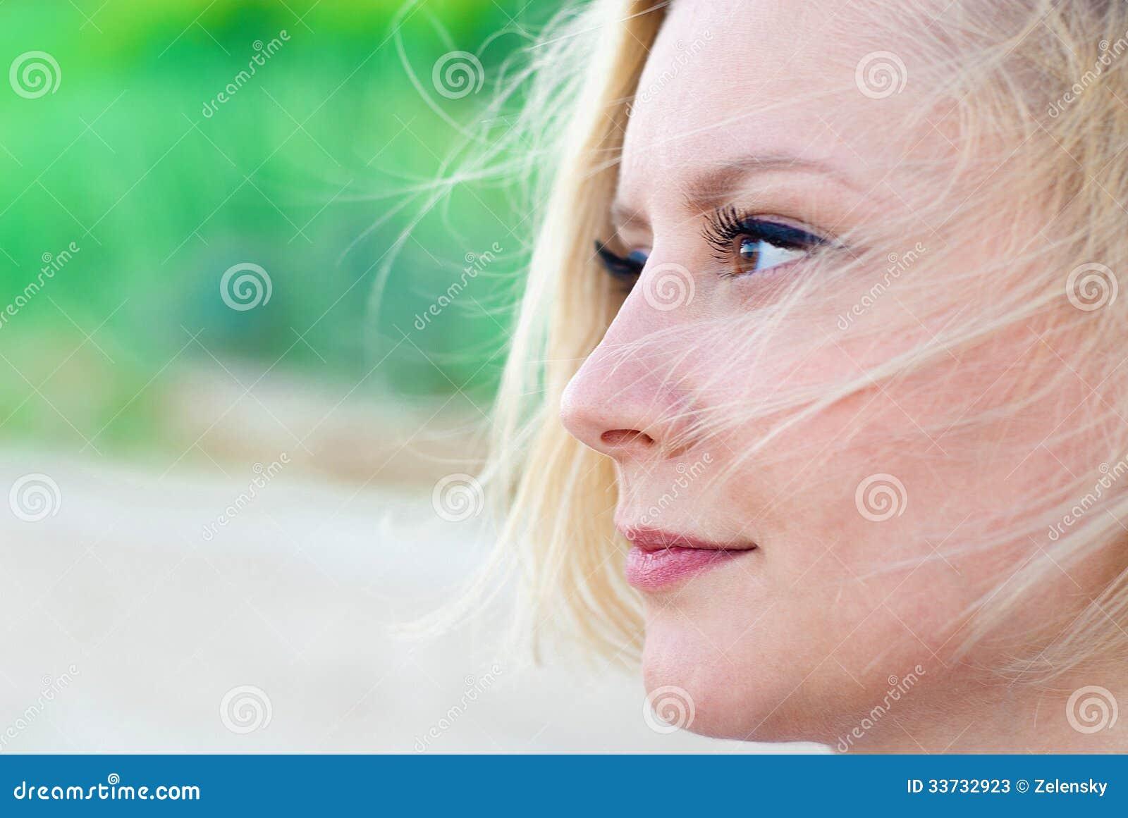 Женщина смотря задумчивый
