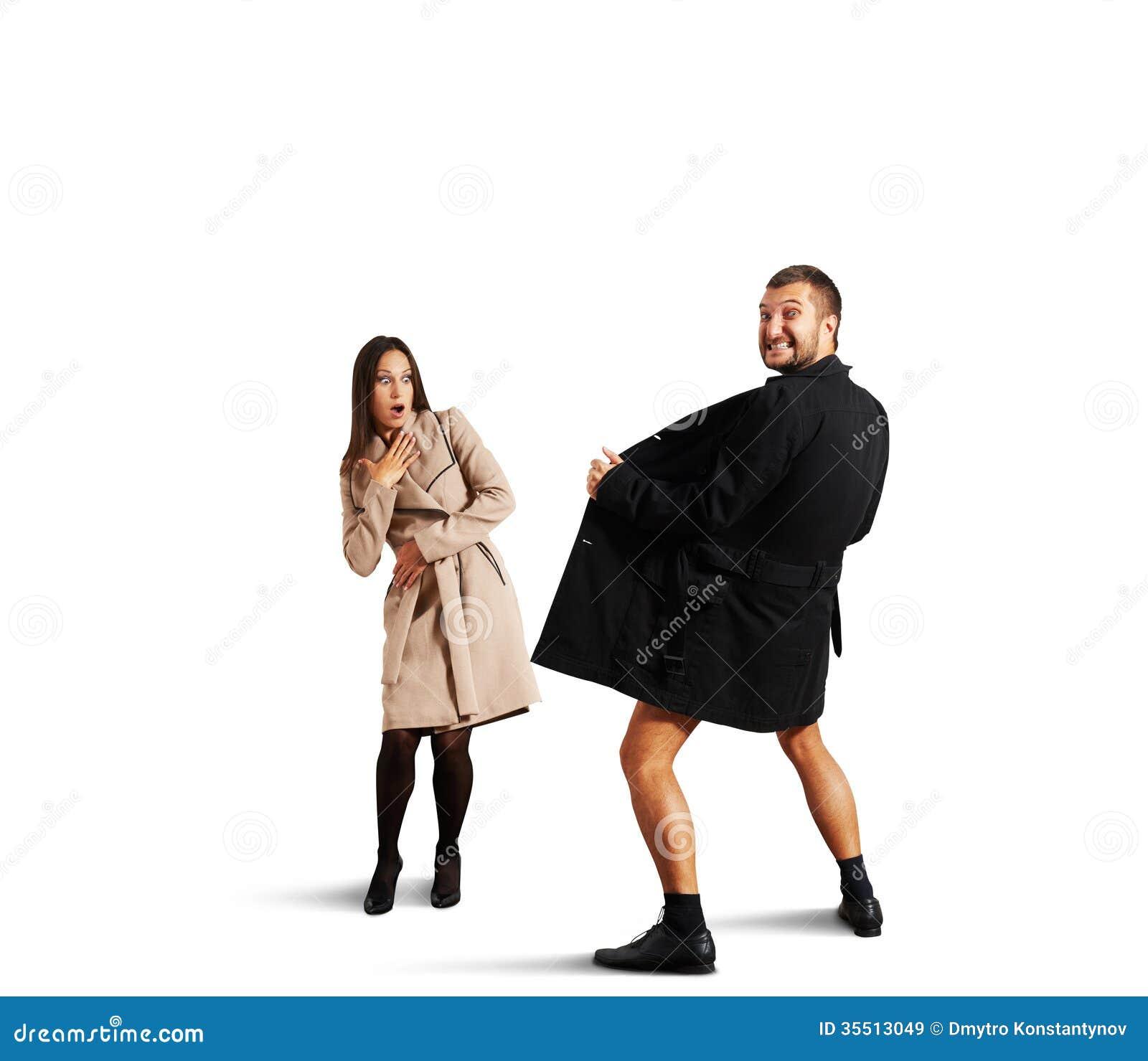 Женщина смотря шального человека в пальто
