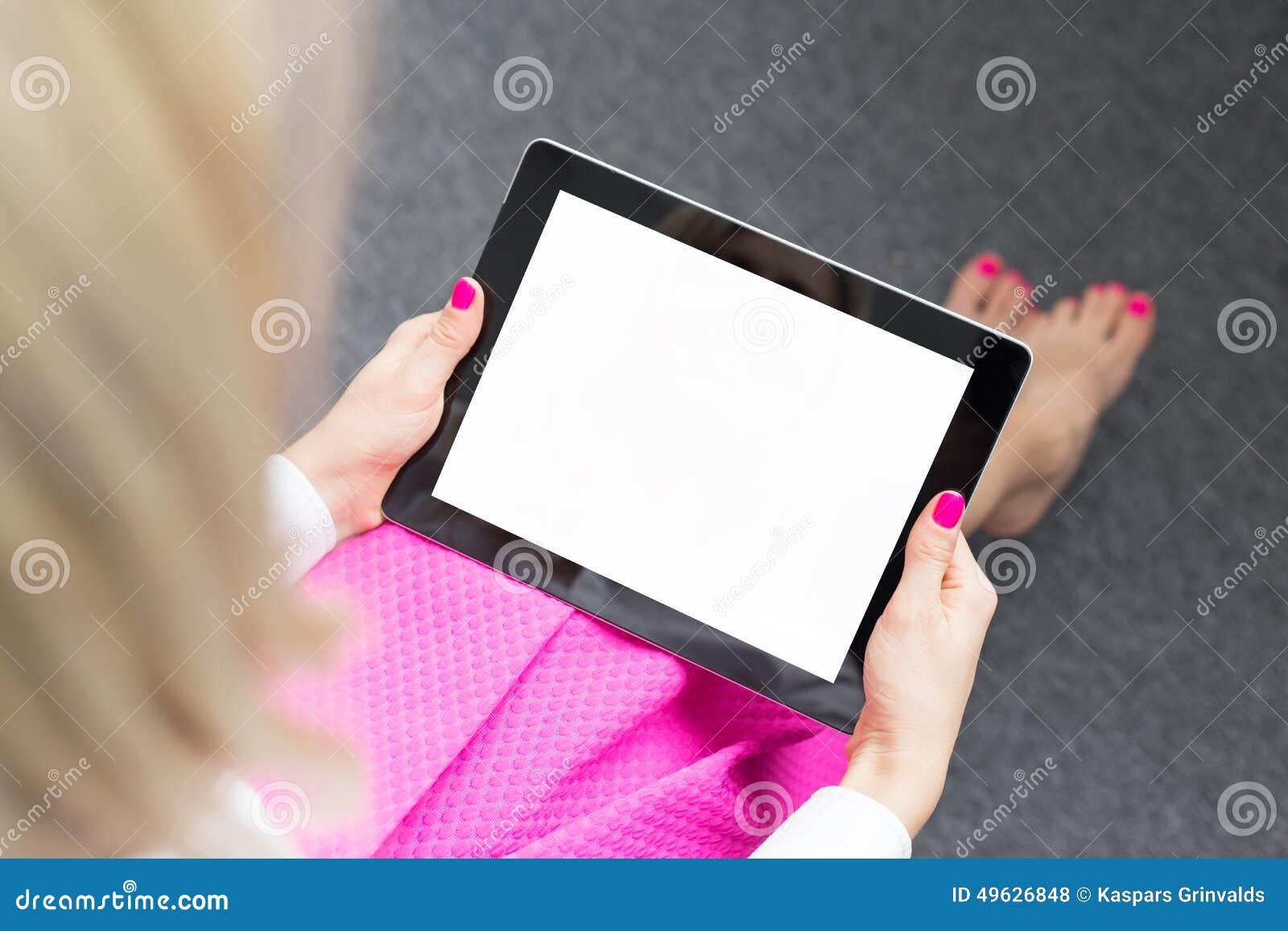 Женщина смотря экран планшета