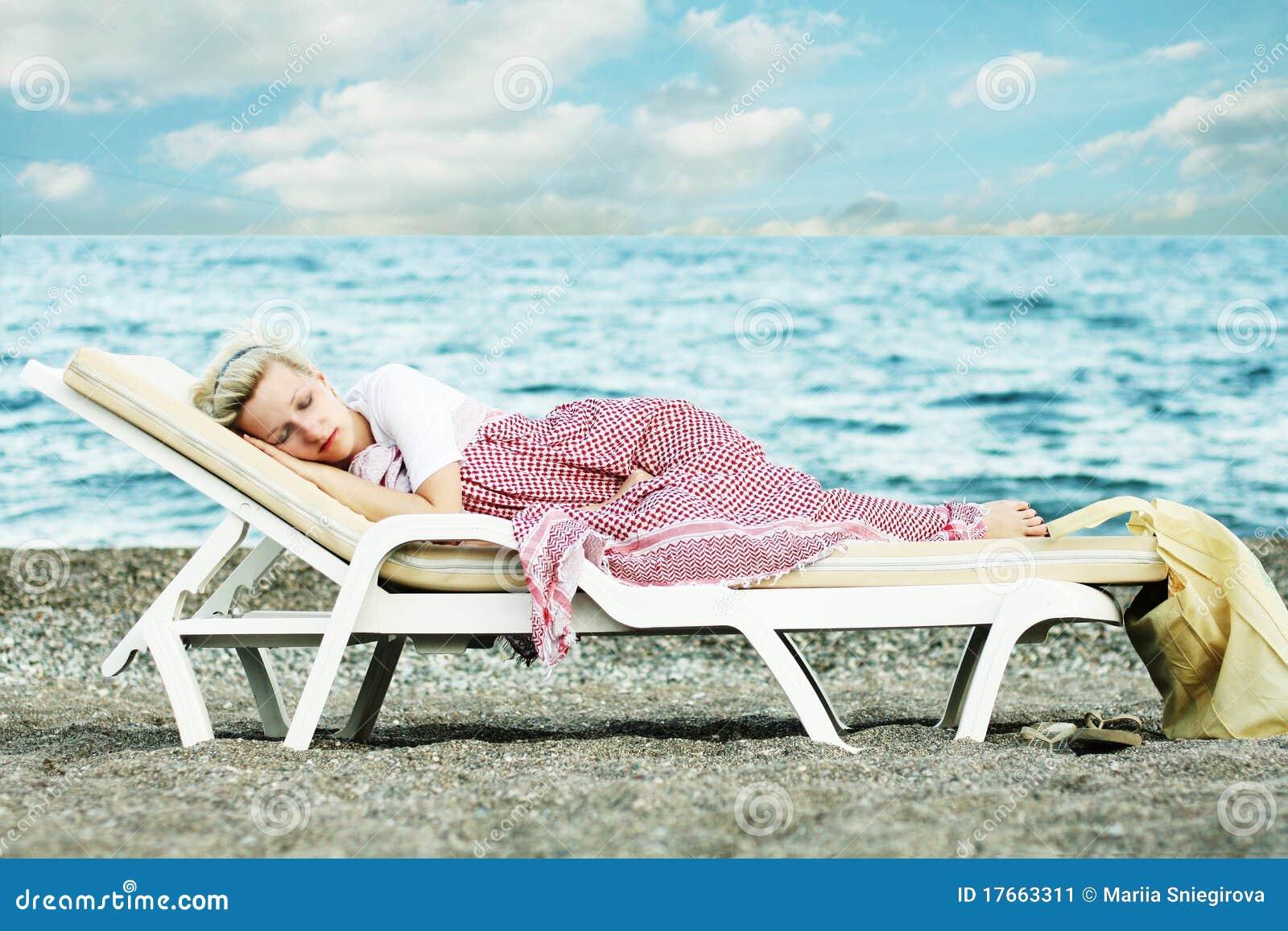 женщина сна пляжа