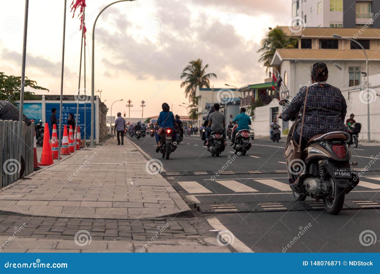 Женщина со скутером в мужчине, Мальдивах