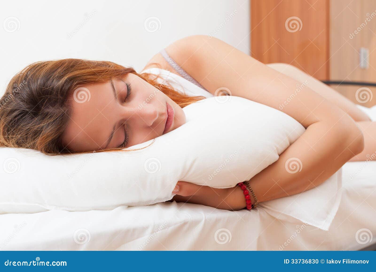 Женщина спать в ее кровати дома