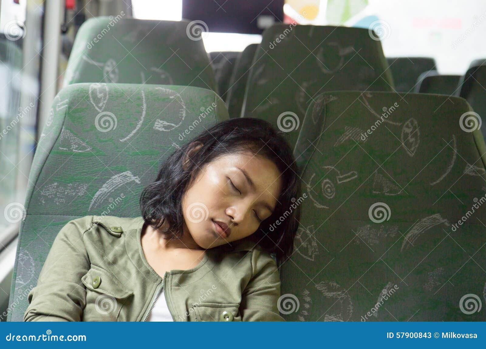 Женщина спать в шине